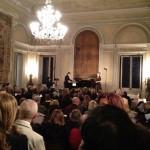 Прекрасный зал, украшенный старинными гобеленами аристократического палаццо Вилла Мальфитано в Палермо, был переполнен