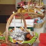 Яркие куличи и яйца, горящие восковые свечи, спокойствие и радость — в воздухе царил дух пасхального торжества