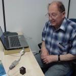 Р.И.Кривоносов знакомит итальянских предпринимателей со своим изобретением, предсказывающим землетрясение