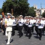 Концерт оркестра Черноморского Флота ВМФ России перешел в праздничное шествие по улицам Мессины, и торжественная процессия направилась к памятнику «русским ангелам»