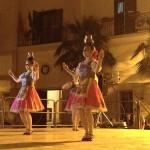 девушки с необычайным мастерством и грацией танцевали с кувшинами на голове.