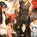 Актеры сицилийский кукольный театра и якутские дети