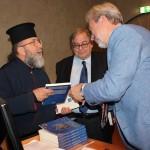 Гости получают книги с автографами авторов и Генконсула России в Палермо