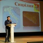 студент Джузеппе Барка представляет проект сотрудничества на форуме в г. Кронштадт