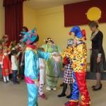 В ярких фольклорных, скоморошьих костюмах ребята разыграли сценки ярморочного веселья, показали, как в старину на Руси зазывали на масленичные гуляния