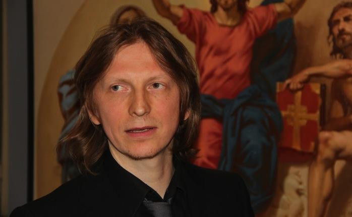 Венеции он несколько лет изучал классическую технику росписи по штукатурке старых мастеров, после того, как окончил Российскую академию живописи, ваяния и зодчества Ильи Глазунова в Москве