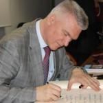 © Фото: Дж. Квартароне //  Вице–президент ФАП Михаил Якушев оставляет запись в книге почетных гостей