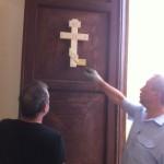 ... установили деревянный православный крест на дверях церкви