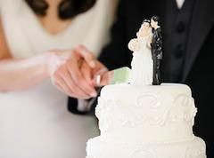 Если вступающий в брак иностранный гражданин не владеет итальянским языком, то брачующиеся должны иметь переводчика — собственного, соответствующего требованиям административного органа или назначенного сотрудником ЗАГСа. Переводчик также подписывает акт регистрации брака
